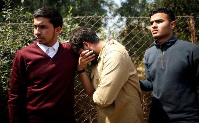 Gaza, cecchino israeliano spara a palestinese: i soldati esultano